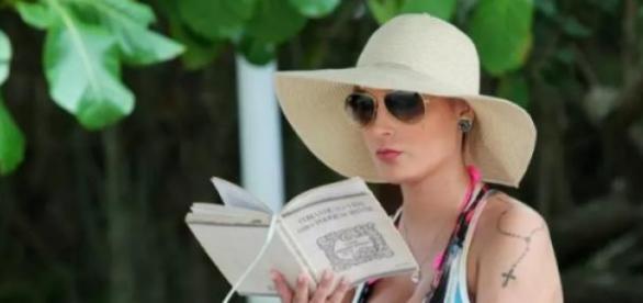 Andressa é flagrada lendo um livro de auto-ajuda.