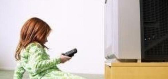 Copii se uita in mod exagerat la televizor