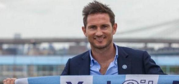 Frank Lampard posando con su nuevo club