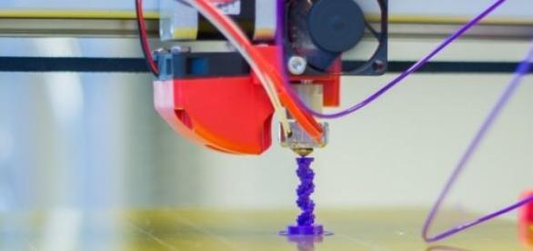 Impressora 3D da marca FELIX a imprimir objeto