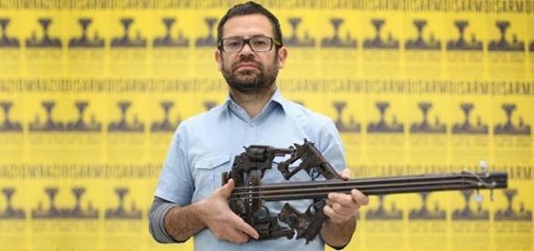 Criador e criatura: Pedro Reyes e sua arma