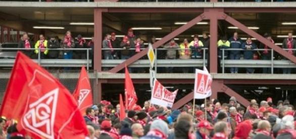 Des salariés de Daimler AG lors d'une grève