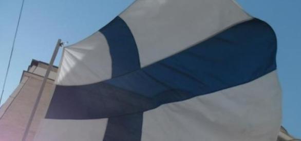 flaga Finlandii na tle bezchmurnego nieba Helsinek