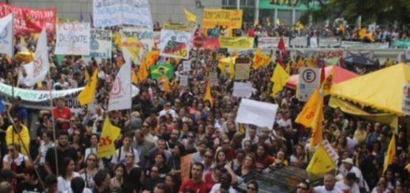 Manifestações ocorrem no Palácio Farroupilha