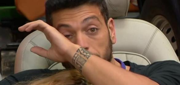 Alessandro piange per il rifiuto di Lidia.