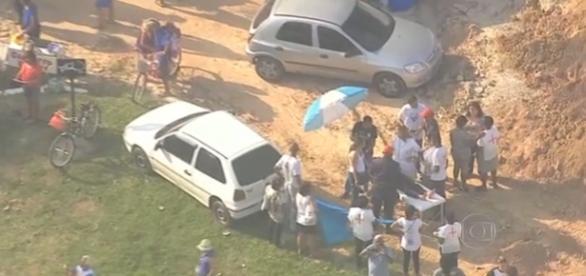 Vítima aguarda a chegada da ambulância (TV Globo)