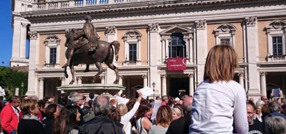 I sostenitori pro Marino riuniti in Campidoglio