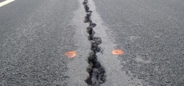 Fisuri imense în asfalt, pe Orăştie-SIbiu