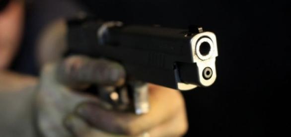 Homem deu um tiro à sua mulher.