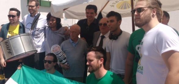 Manifestantes do MBL junto com Hélio Bicudo.