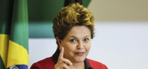 Para ter apoio,Dilma suspende demissão