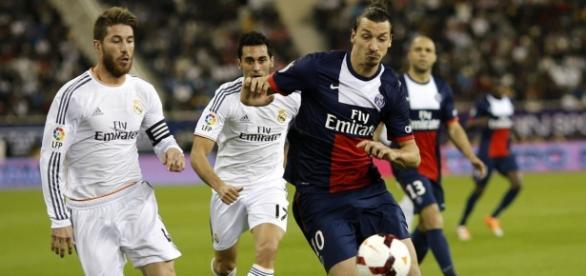 Ibrahimović y Ramos luchando por el balón