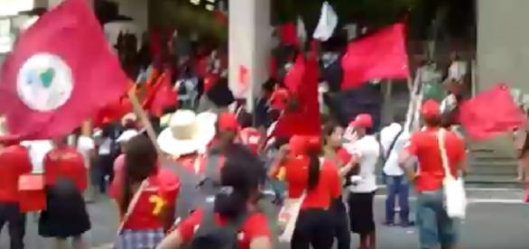 Manifestantes invadem canal de TV