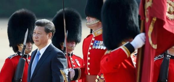 O Presidente Xi Jinping é recebido pela Arma Real.