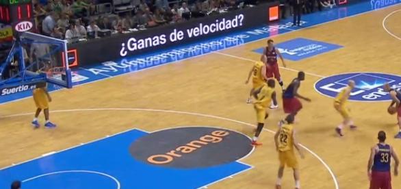 Arroyo dirige una jugada de ataque del Barcelona
