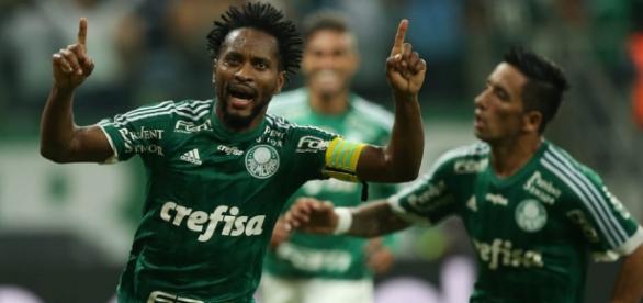 Zé Roberto comemora o segundo gol do Palmeiras.