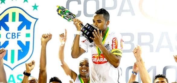 Robinho comemora título com o Santos em 2010
