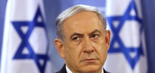 Benjamin Netanyahu con dos banderas de Israel.