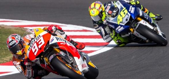 Marquez y Rossi en un lance de carrera