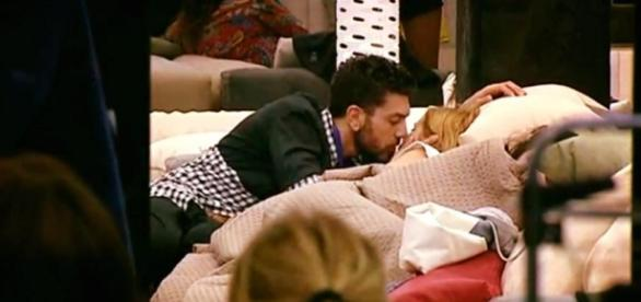 Il bacio tra Alessandro e Lidia
