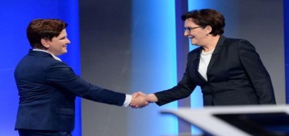 Beata Szydło i Ewa Kopacz podają sobie ręce