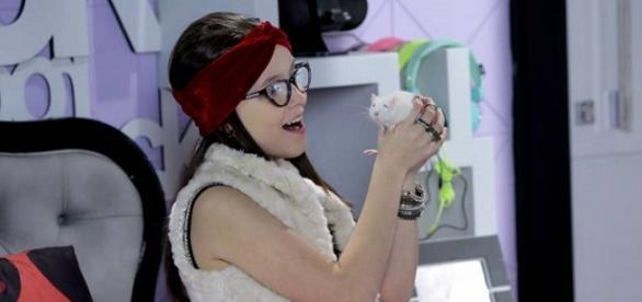 Manuela começa a falar com o rato Tuntum
