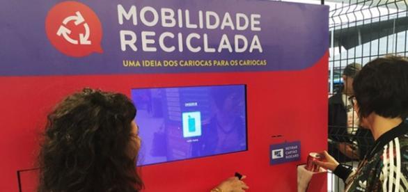 Máquina troca lixo reciclável por passagens no Rio