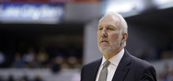 Popovich dirigiendo un partido de los Spurs.