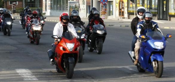 Motocicliștii vor purta banderole albe