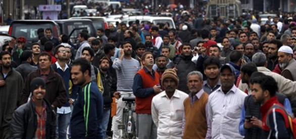 Pessoas nas ruas temem novo terremoto.