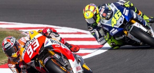 Valentino Rossi y Marc Marquez en carrera