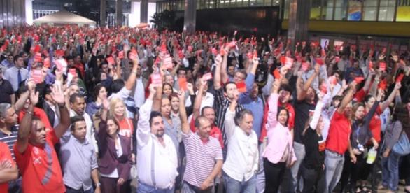 Assembléia confirma fim de greve dos bancos.
