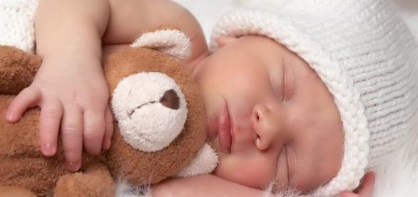 Bebês devem sempre dormir sozinhos alerta tribunal