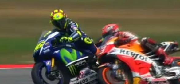 Momento en el que Rossi suelta la pierna a Márquez