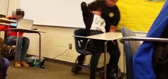 Policial branco agride estudante negra nos EUA