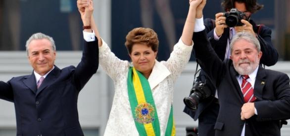 Dilma entrega faixa a Lula e ao PMDB