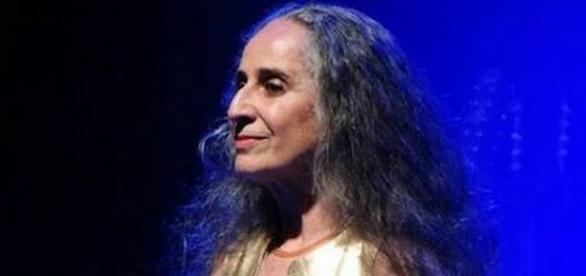 Maria Bethânia se irrita e expulsa fã de show