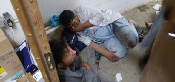 Pessoas vista no hospital lógo após bombardeio.