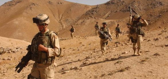 Soldados en el desierto de Afganistán