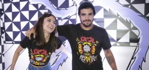 Maria Casadevall e Caio Castro assumem namoro