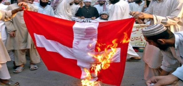 Islamiści palący duńską flagę.