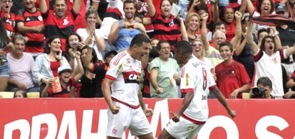 Ayrton e Márcio Araújo comemoram juntos o gol