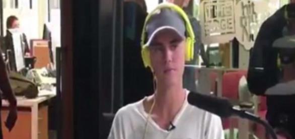 Justin Bieber em entrevista na rádio Edge