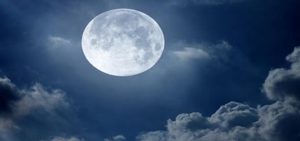 Luna ar putea fi creată de extratereștrii
