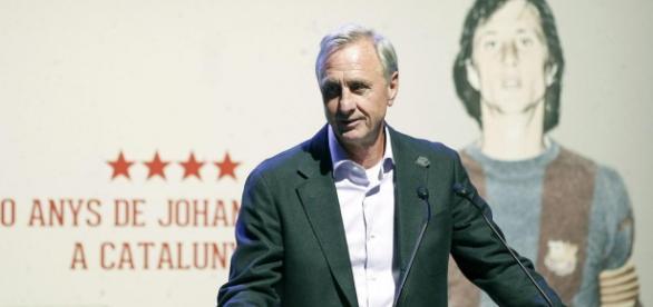 Cruyff compareciendo en rueda de prensa