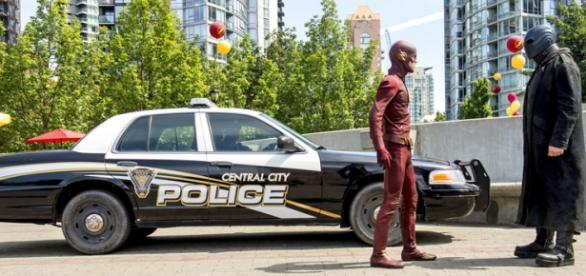 The Flash 2x01 Barry Allen vs Atom Smasher