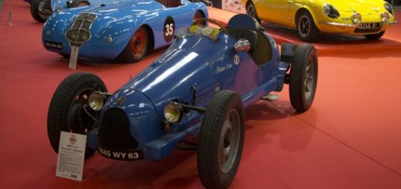 Une SIMCA Cinq Racer 500 sur un des podiums Simca