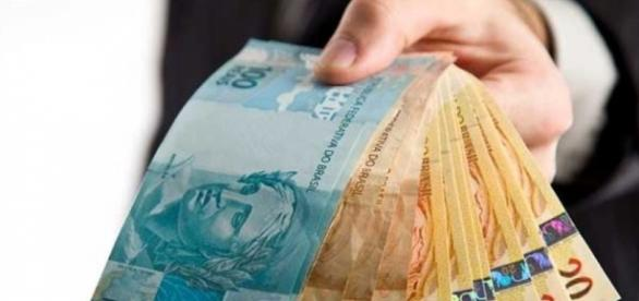 Brasileiros usam 13.º salário para sanar dívidas