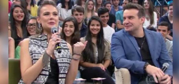 Thaís Pacholek anuncia gravidez no Altas Horas