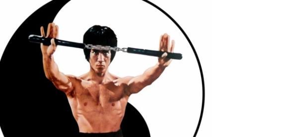 Bruce Lee usando nunchacko para sua defesa